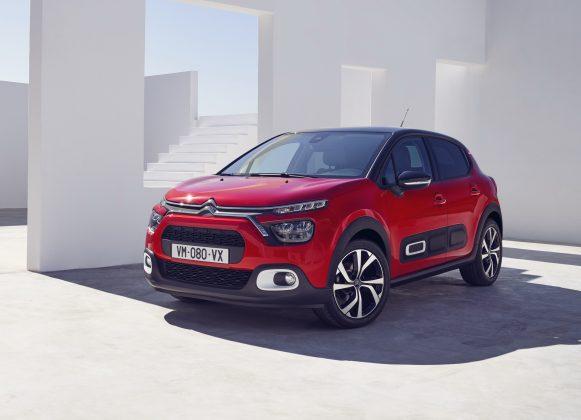 Citroën C3 dostal novú sadu LED svetlometov s výraznejším chrómovým lemovaním, nové hmlovky s inym tvarovaním a s tmavým lemovaním a taktiež mierne pozmenený tvar predného grilu.