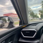 SEAT Leon ST - ambientné upozornenie na predbiehajúce auto v mŕtvom uhle