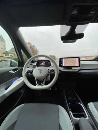 VW ID.3- pôsobi vizuálne hodnotnejšie a atraktívnejšie s bielym plastami, volantom,... (viď foto) vyhotovení ako v len šedej či tmavej farbe, ktorý sme mali možnosť vidieť. Takéto vyhotovenie dokonale skrýva použité, v prevažnej miere tvrdé, lacnejšie pôsobiace plasty.
