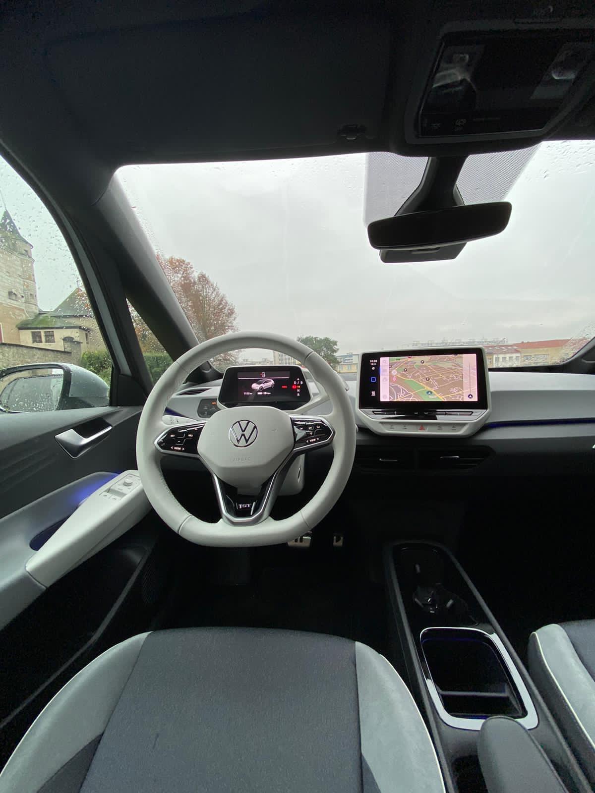 VW ID.3- pôsobi vizuálne hodnotnejšie a atraktívnejšie s bielym plastami, volantom,...