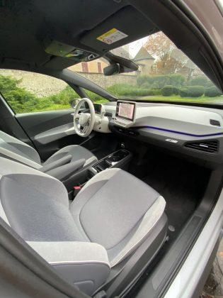 VW ID.3- pôsobi vizuálne hodnotnejšie a atraktívnejšie s bielym plastami, volantom,... (viď foto) vyhotovení ako v len šedej či tmavej farbe, ktorý sme mali možnosť vidieť. Takéto vyhotovenie dokonale skrýva použité, v prevažnej miere tvrdé, lacnejšie pôsobiace plasty