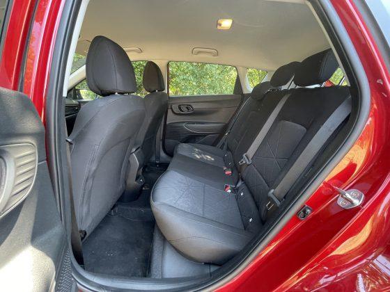 Hyundai Bayon: Vzadu sa v pohode usadí aj vyšší pasažier. Dokonca môžeme povedať, že ide o plnohodnotné 5-miestne auto, pretože sa aj na prostrednom sedadle vzadu môže relatívne pohodlne usadiť dospelý človek stredne veľkej postavy.